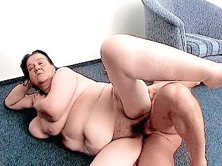 Mature Plumper Enjoys Pussy Filling